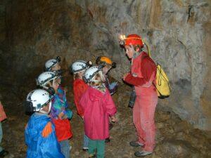 Monitrice Spéléologie avec un groupe d'enfants
